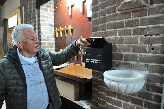 Koster Eric Vacquier Droop bij de collectebus in de Renkumse kerk waaruit geld is ontvreemd. Het geld was bedoeld voor onderhoud van de kerk.