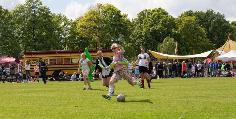 Voetballen is een feestje tijdens SoccerRocker. Beeld JP Oelen