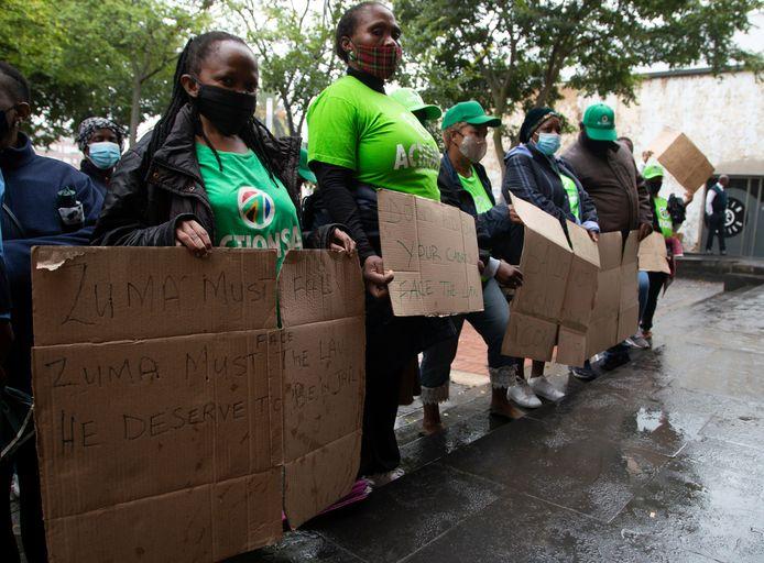 Tegenstanders van de voormalige president Jacob Zuma protesteren aan het Grondwettelijk Hof in Johannesburg. (25 maart 2021)