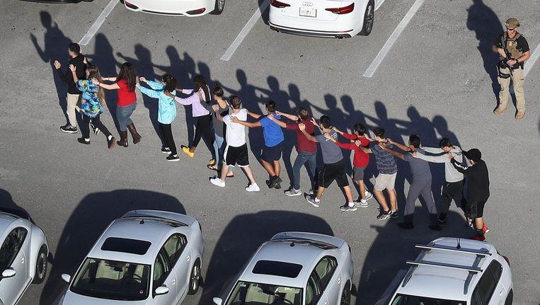 Scholieren worden hun school in Florida uitgeleid nadat zich daar dit voorjaar een schietpartij had voorgedaan Beeld Joe Readle/Getty Images