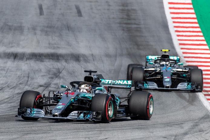 Hamilton en zijn ploeggenoot Bottas haalden allebei de finish niet.
