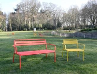 Extra rode en gele stoelen om op uit te rusten