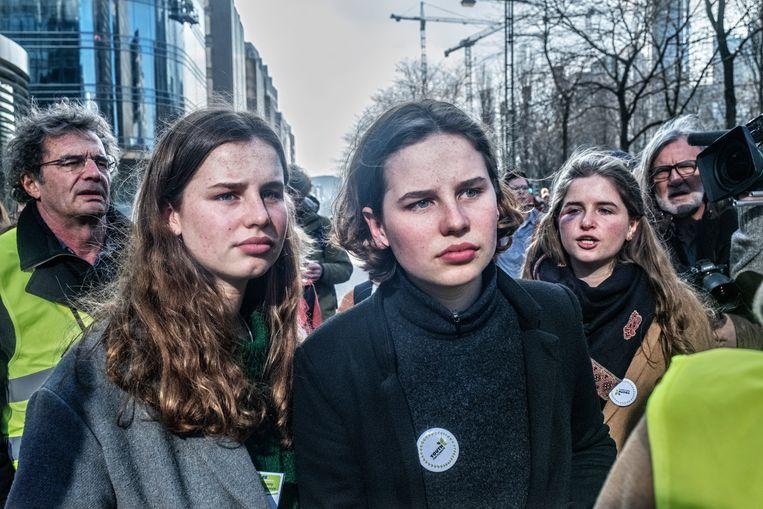 Anuna De Wever op de klimaatmars (rechts). Beeld Tim Dirven