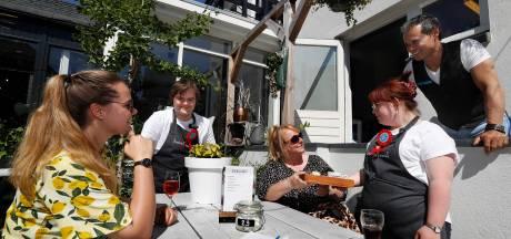 Ober Daisy van Brownies&downieS moest even schakelen na openen terras: 'Maar kunnen nu weer plezier maken'