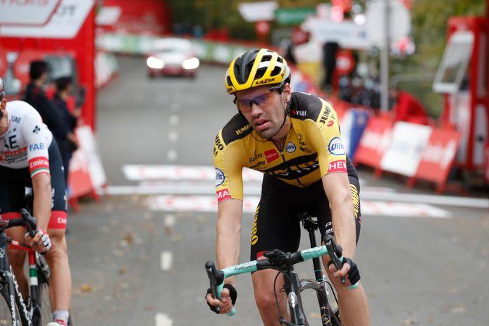 Tom Dumoulin komt over de streep in de openingsetappe van de Vuelta, op ruime achterstand van winnaar en ploeggenoot Primoz Roglic.