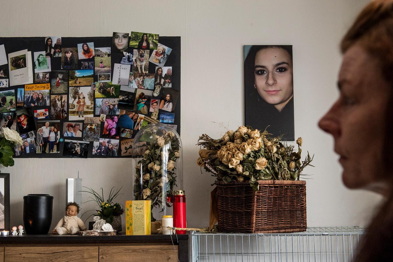 Moeder Mariët Bosch (op de voorgrond) - moeder van de vermoorde Shelley - herdenkingsplek met foto's en urn ter nagedachtenis