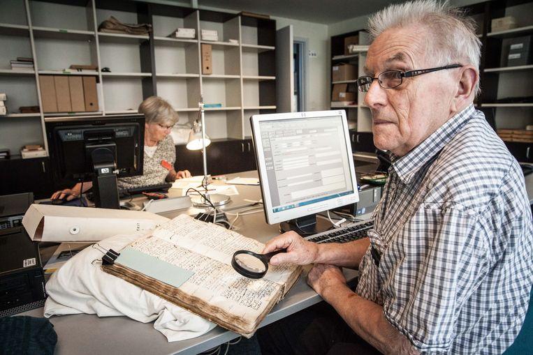 Leon moet nu nog naar het archief om de parochieregisters uit te pluizen, binnenkort kan hij dat ook thuis doen.