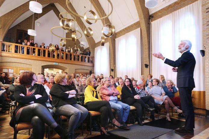 """Bijna 160 leerkrachten van schoolbestuur KPO in Roosendaal worden meegesleurd in het verhaal van de bekende hersenwetenschapper Erik Scherder. ,,Kinderen die de hele dag moeten zitten, worden helemaal gek."""""""