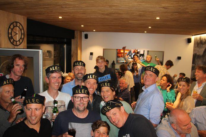 Frank en Karen (midden), de ouders van Alec, kwamen in café De Kluisberg nog mee het WK-brons van hun zoon vieren.