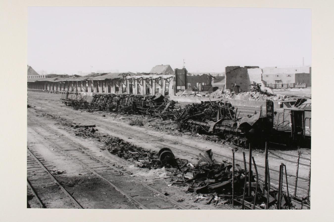 De totaal uiteengereten Duitse munitietrein, waarvan de lading explosieven alle kanten op schoot en een ravege aanrichtte in Zutphen.