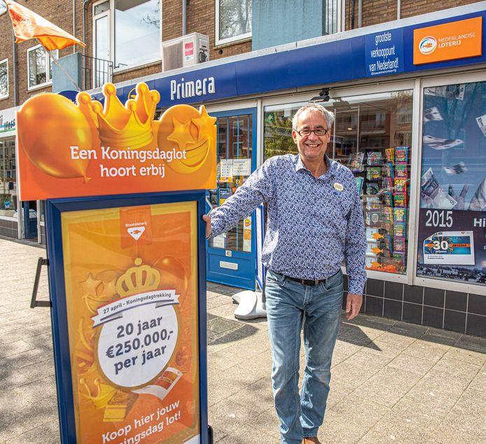 John Kosterman kon in april zijn geluk niet op toen bekend werd dat zijn winkel weer het grootste verkooppunt van Staatsloten in Nederland is. Inmiddels is door de coronapandemie ook hem het lachen vergaan: hij verkoopt geen fractie van het aantal loten dat hij normaal gesproken verkoopt. Gelukkig biedt de Staatsloterij hem een doekje voor het bloeden.