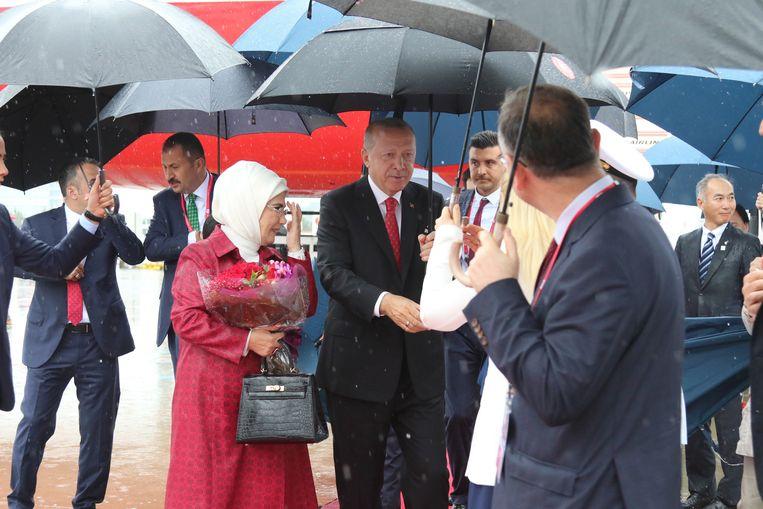 De Turkse president Tayyip Erdogan en zijn vrouw Emine arriveren in Osaka, Japan, voor de G20-top in juni 2019. De dure Hermès tas van de presidentsvrouw – prijs 43 duizend euro –  trok veel aandacht in Turkije. Beeld Hollandse Hoogte / EPA