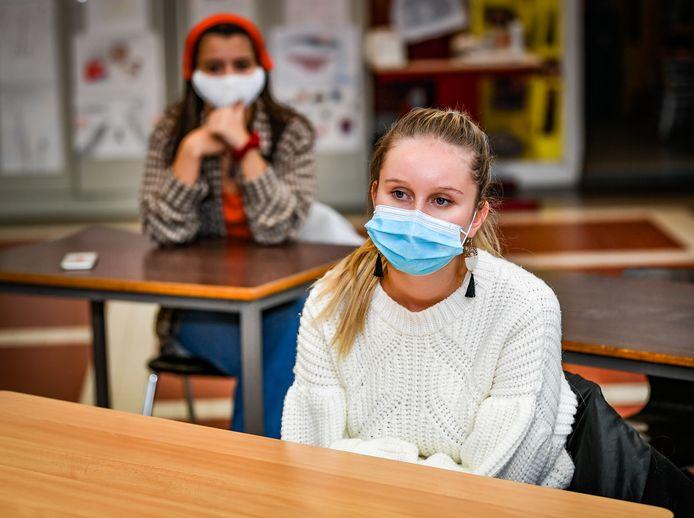 Als leerlingen van het secundair onderwijs stilzitten moeten ze niet langer een mondmasker dragen.