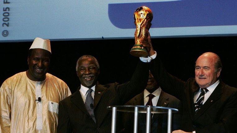 President Thabo Mbeki, VN-secretaris-generaal Koffi Annan en Sepp Blatter bij de onthulling van het logo van het WK in Zuid-Afrika in 2010. Beeld PHOTO_NEWS