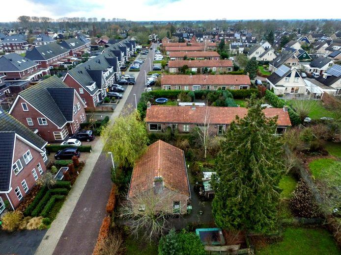 Oude naoorlogse woningen met rode daken aan de Olsterkampweg in Olst.
