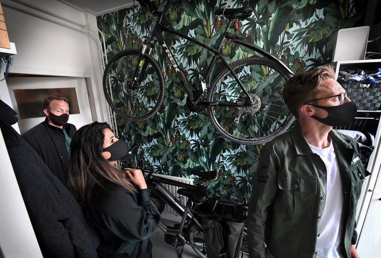 Sirin al Moubarak en Jur van Rossum bezichtigen een woning in Den Bosch. Beeld Marcel van den Bergh / de Volkskrant