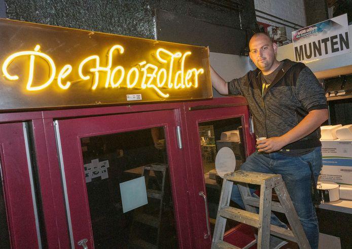 Pim Brouwer bij led-verlichting van De Hooizolder. Hij ontmoette als barman daar zijn later vrouw.