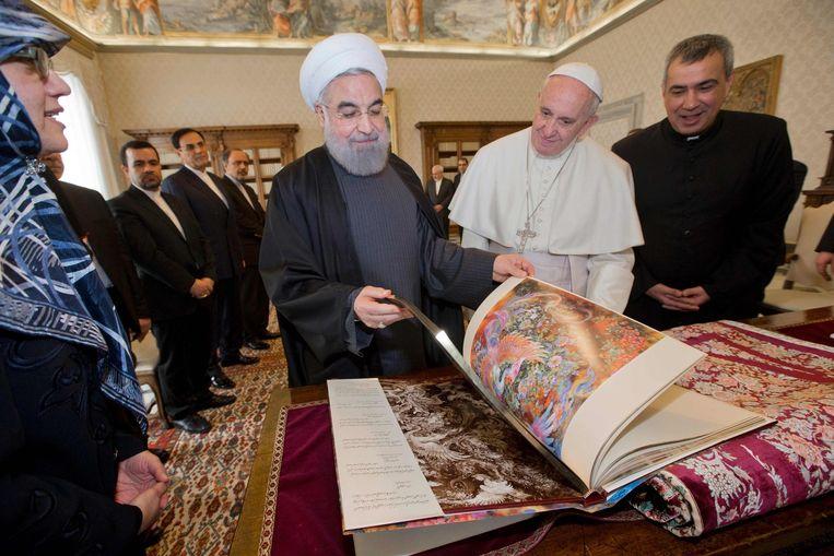 Rouhani had een boek met miniaturen voor zijn gastheer meegenomen. Beeld afp