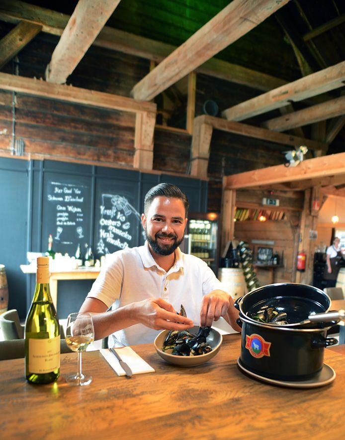 Dennis Flikweert eet mosselen in het proeflokaal van De Kleine Schorre in Dreischor.