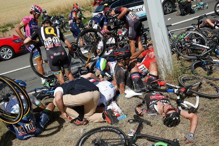 Net als ploeggenoot Tom Dumoulin, was ook Ramon Sinkeldam (rechts liggend op de grond) betrokken bij de enorme valpartij in de etappe naar Hoei. Beeld GETTY
