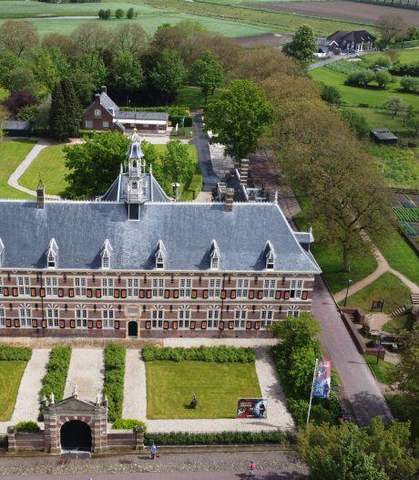 Monumentale tuinmuur Weeshuis in Buren vraagt aandacht: 'Klimop wringt zich weg in de stenen'
