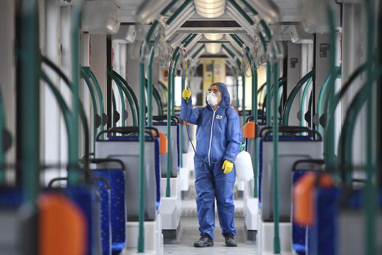 De tram in Boedapest wordt ontsmet.   Beeld EPA