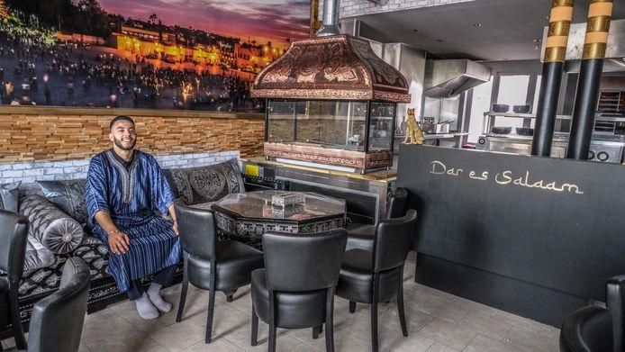 Abdelilah Kasmi in zijn nieuw restaurant Dar Es Salaam, ingericht als een Marokkaanse huiskamer. Met ook een open keuken en barbecue-oven