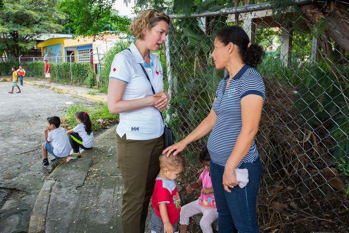 Marieke van Schaik, directeur van het Rode Kruis, tijdens een eerder bezoek aan Venezuela waar ze overleg voerde over de hulpoperatie, die het internationale Rode Kruis samen met het lokale Rode Kruis heeft opgezet.