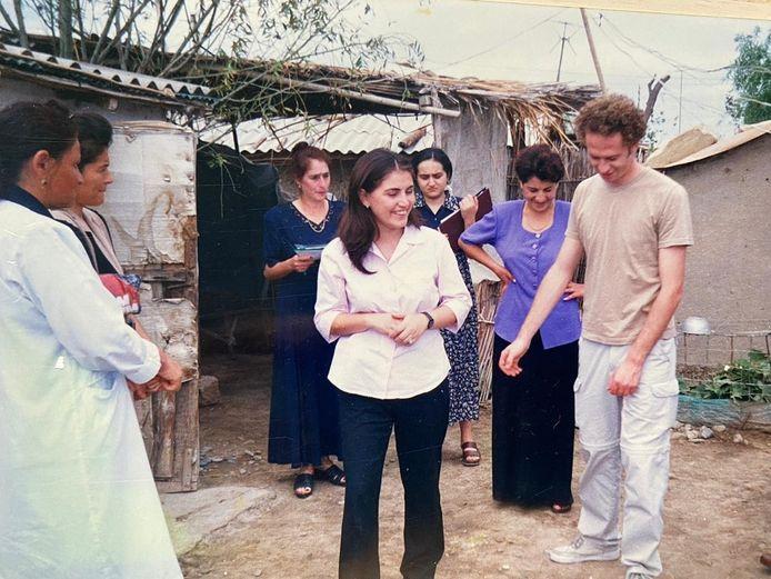 Ilkana Goja (m) tijdens het bezoek van een Franse journalist aan het vluchtelingenkamp in Karvatsjar in Nagorno-Karabach waar ze in 2002 werkte.