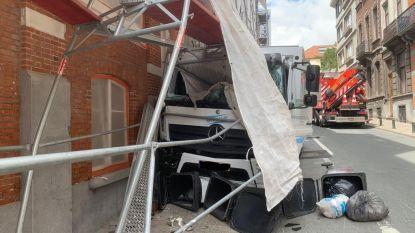 Vrachtwagen ramt stelling in Elsene