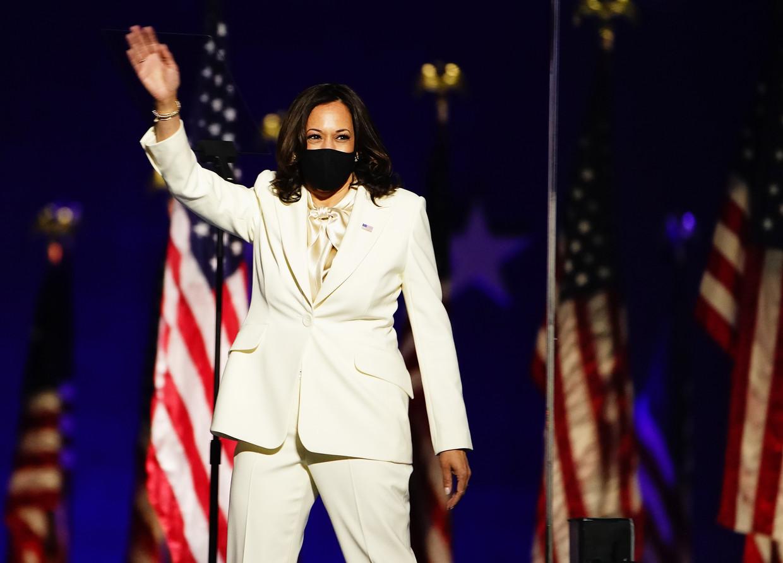 Kamala Harris betreedt het podium voor haar overwinningsspeech. Beeld EPA