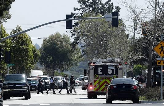 Politieagenten op weg naar het hoofdkantoor van YouTube in San Bruno, Californië.