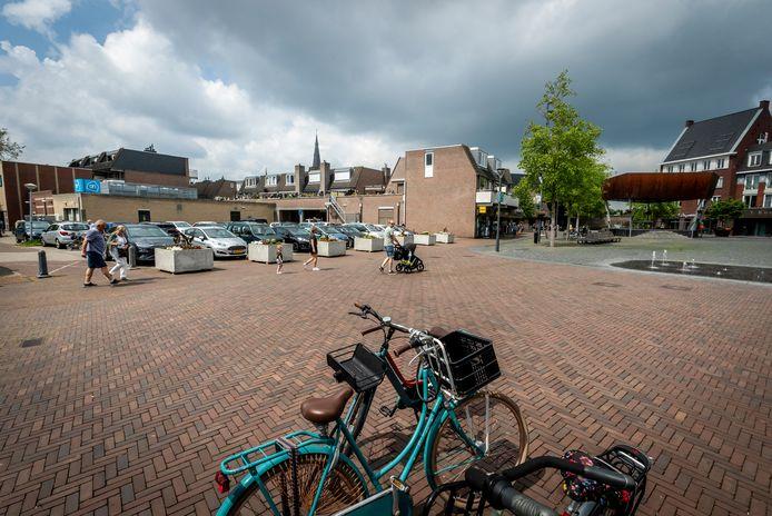 Aan de overkant van het Dorpsplein - op wat nu nog een parkeerterrein is - denkt Best een complex van vier bouwlagen neer te kunnen zetten.