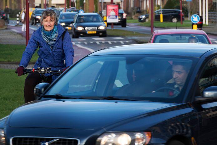 """Clarion Wegerif van de Fietsersbond op de Batauweg: ,,Autoverkeer én fietsen bevorderen, dat werkt niet."""""""