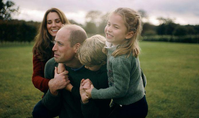 Kate en William stoeien met hun kinderen in de tuin.
