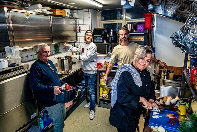 Alle hens aan dek in de keuken van café De Alm, gerund door de broers Serge (achter, rechts) en Thiery Andree (daarnaast). Moeder Nel maakt daar afhaalgerechten en wordt daarbij eveneens geholpen door haar man Gérard (links).