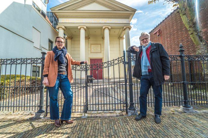 """Melanie Oderwald en Jan Paul Peters bij de Synagoge van Delft. ,,Wat betreft de vervreemding van joodse bezittingen moet er in Delft wel iets worden gecorrigeerd."""""""