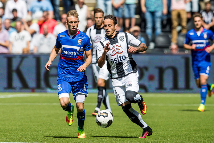 Willem II speler Dico Koppers en Heracles Almelo speler Jaroslav Navratil (r).