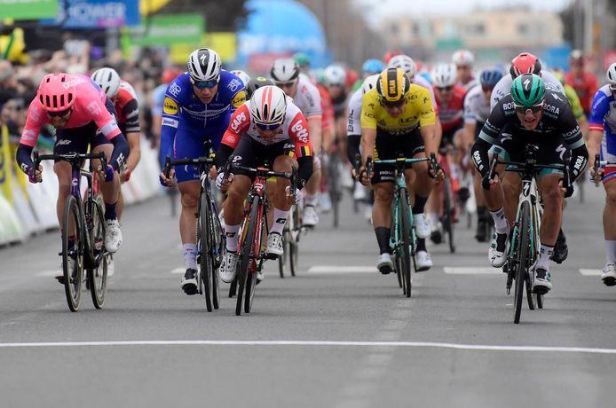 Hier wint Bennett (uiterst rechts) de derde rit.