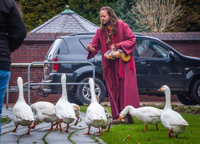 Trizin Hof is bereid de twaalf kippen, vijf schapen en twee gehandicapte ganzen uit Vlaardingen op te vangen in Drenthe.