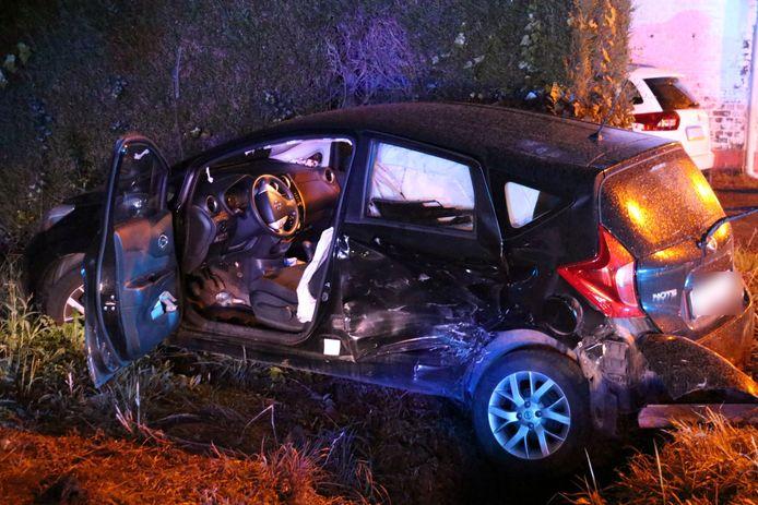 De bestuurster van de Nissan werd gewond afgevoerd.