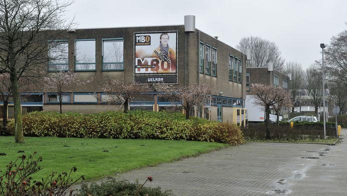 Het voormalige schoolgebouw van MBO Amersfoort aan de Clarenburg in Leusden. In dit pand, op een steenworp afstand van winkelcentrum De Hamershof, worden mogelijk vanaf februari of maart voor anderhalf jaar vierhonderd vluchtelingen opgevangen.