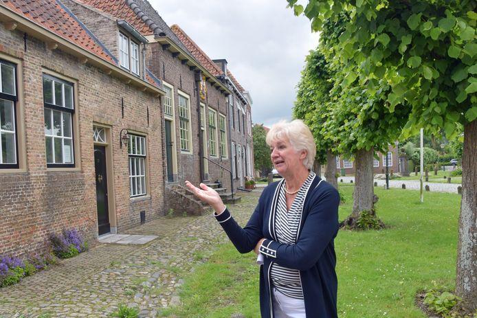 Chris van de Vijver vertelt over de woningen aan het Marktplein in Sint Anna ter Muiden.