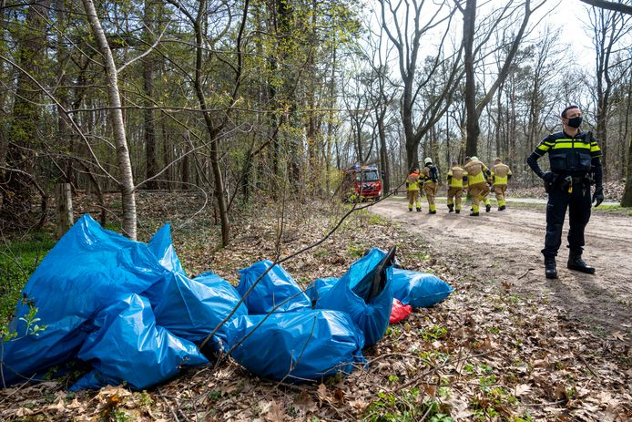 OOSTERHOUT, Netherlands, 14-04-2021,  De politie heeft woensdagochtend op een bospad aan de Pannenhuisstraat een aantal vuilniszakken aangetroffen met hennepafval.