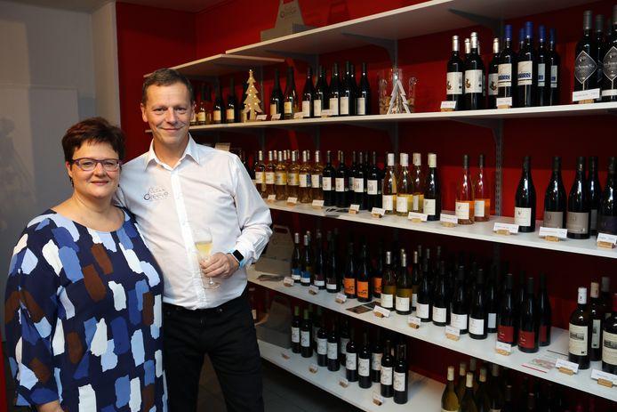 Pieter Greeve en Eva Somers in hun winkel 'Duurzame Wijnen'.