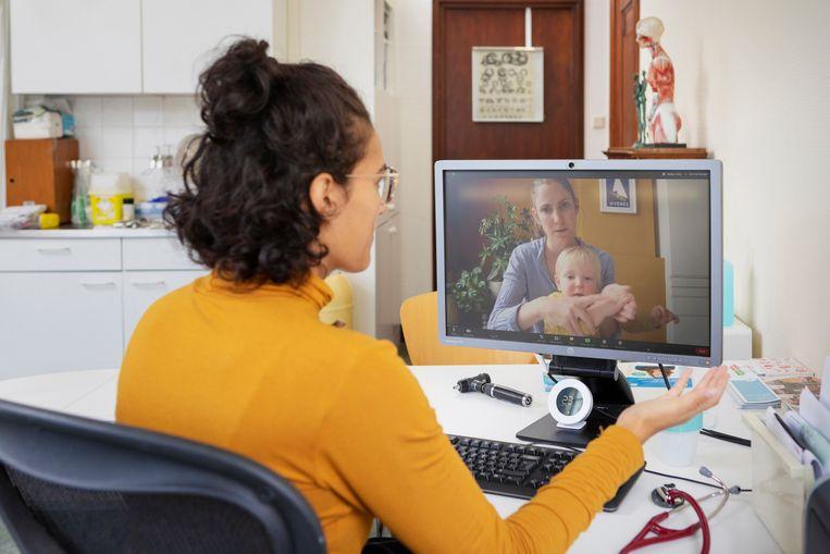 Een huisarts houdt een online spreekuur. Door corona is de digitalisering van zorg in een stroomversnelling geraakt. Beeld Hollandse Hoogte /  ANP