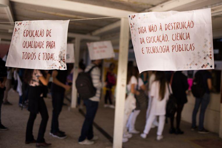 """""""Kwaliteitsonderwijs voor iedereen"""" en """"Zeg 'nee' tegen de vernietiging van onderwijs, wetenschap, en publieke technologieën"""", staat geschreven op posters gemaakt door studenten aan de Universiteit van Juiz de Fora. Beeld Valda Nogueira"""
