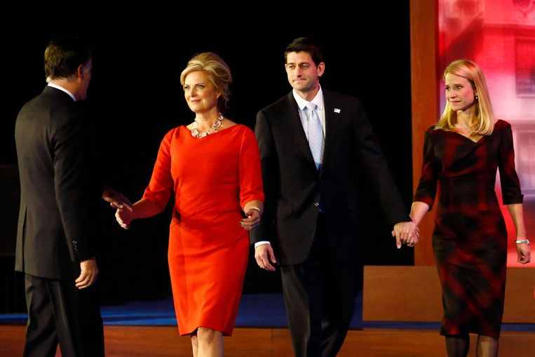 Ann Romney en Paul en Janna Ryan lopen Mitt tegemoet nadat hij zijn speech heeft gegeven. Beeld afp