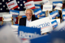 Bernie Sanders tussen aanhangers in San Jose.