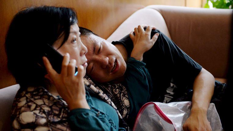 Familieleden van passagiers op het gezonken schip wachten in spanning op meer nieuws. Beeld REUTERS